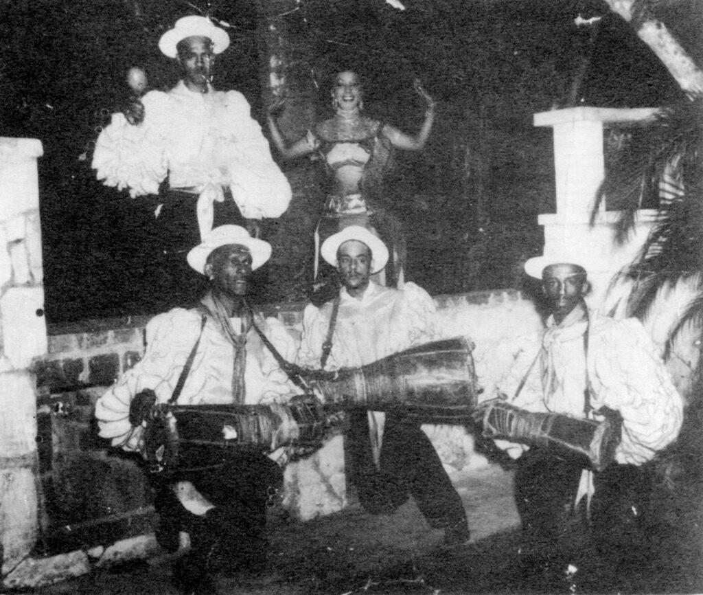 Raúl Diaz и его группа бата, по часовой стрелке, сверху слева): неизвестный танцор, Merceditas Valdés, Francisco Aguabella, Diaz и Trinidad Torregosa. Коллекция Майкла Спиро.