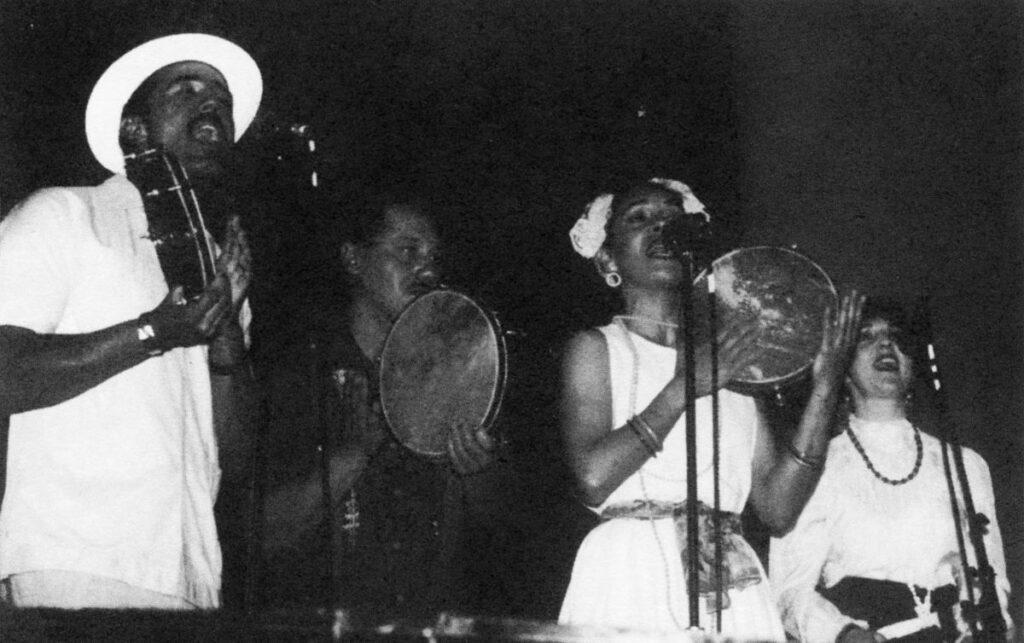 Пандеретас: участники Coro Folklórico Kindembo. Слева направо: John Santos, Harold Miñiz, Maribel Garcia‑Soto и автор. Коллекция Hector Rivera