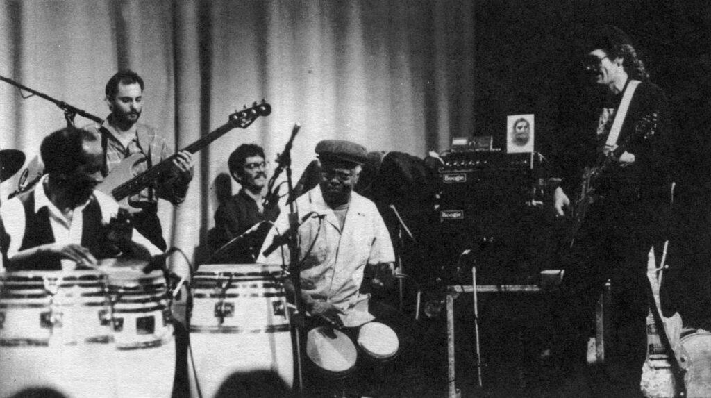 В центре: Armando Peraza на бонгос, по ч.с., слева направо: Francisco Aguabella (конги), David Belove (бас), Eduardo Reyes (клавиши) и Carlos Santana (гитара), Сан-Франциско, 1985. ©Don Klein, коллекция Майкла Спиро