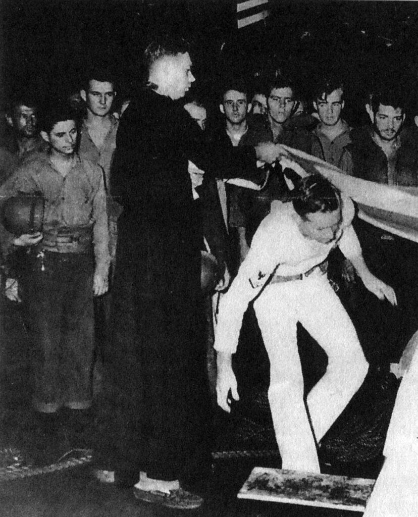 Тито Пуэнте держит шлем в руках (слева), по всей видимости, во время военной церемонии захоронения в море, U.S.S. Санти, 1944. Из личного архива автора.